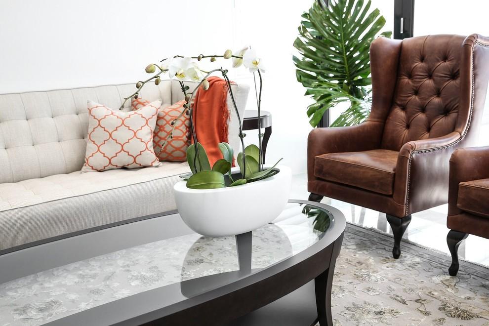 Modelo de salón con rincón musical tradicional renovado con paredes blancas, suelo de travertino y suelo beige