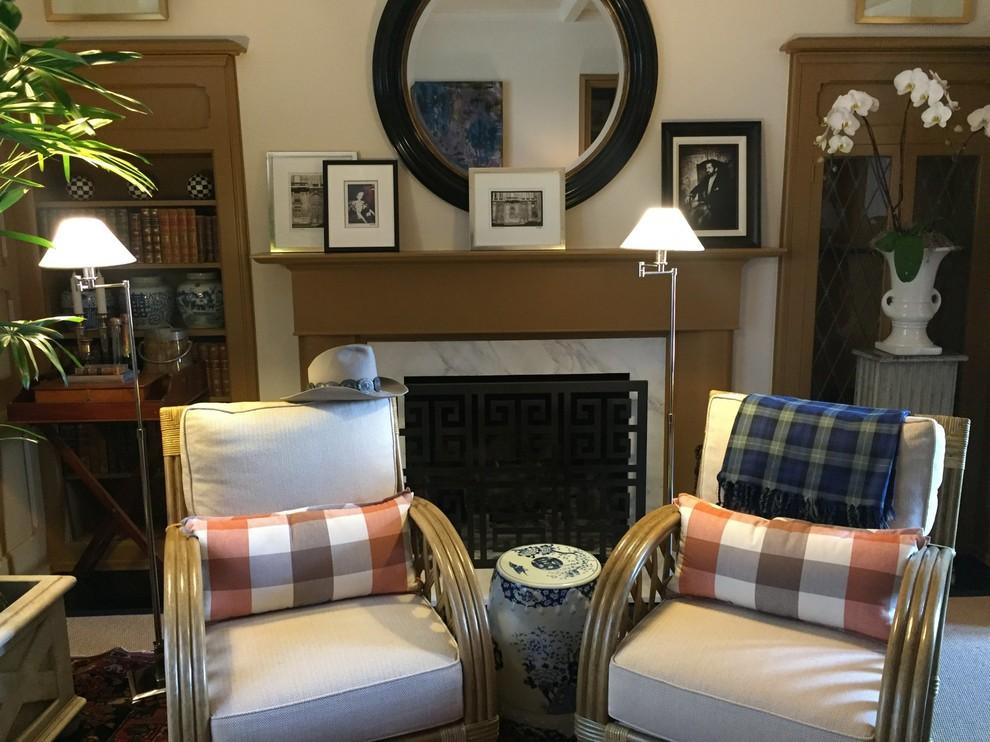 Foto de salón para visitas cerrado, clásico, pequeño, sin televisor, con paredes blancas, suelo de madera oscura, todas las chimeneas, marco de chimenea de piedra y suelo multicolor