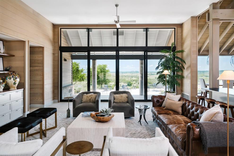 Ispirazione per un soggiorno country con pavimento beige