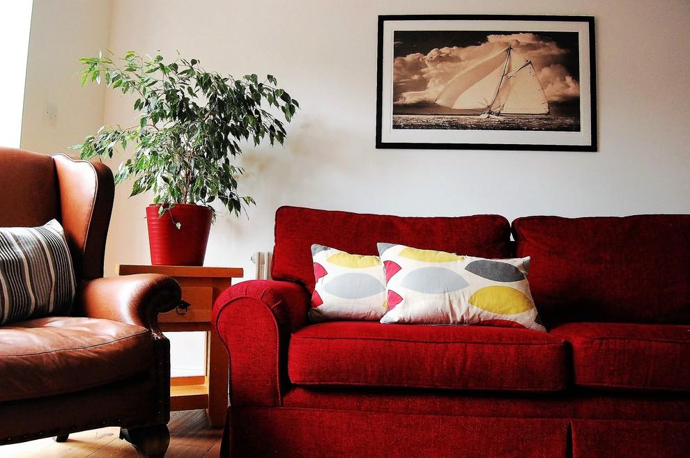 Imagen de salón para visitas cerrado, actual, de tamaño medio, con paredes blancas, suelo de madera clara y suelo marrón