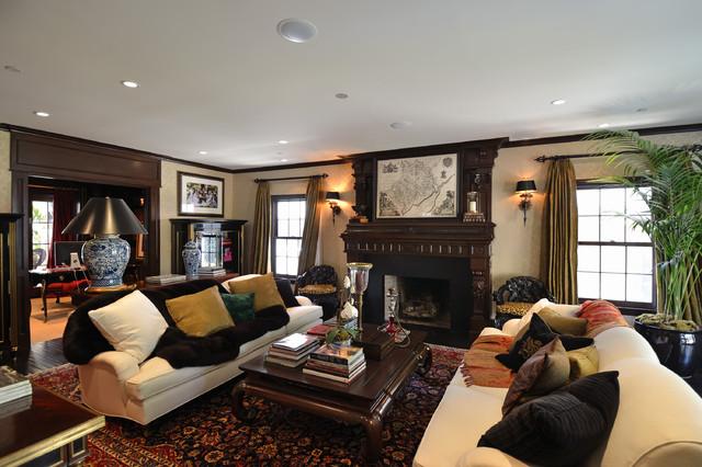 Foto di un grande soggiorno chic con pareti beige, camino classico, parquet scuro e cornice del camino in legno