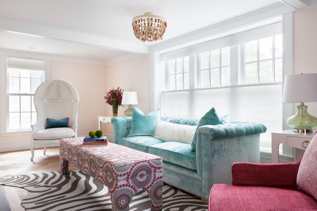 Diseño de salón para visitas marinero con paredes rosas y suelo de madera en tonos medios