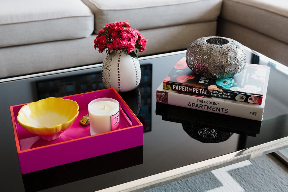 Создайте стильный интерьер: маленькая открытая гостиная комната в современном стиле с белыми стенами и ковровым покрытием - последний тренд