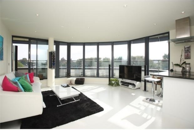 SEAMLESS WHITE POURED RUBBER RESIN FLOORING FOR GREENWICH PENTHOUSE LONDON contemporary living room south east