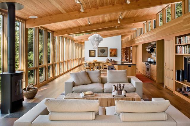 Idée de décoration pour un salon chalet ouvert avec une salle de réception, un sol en bois brun et un poêle à bois.