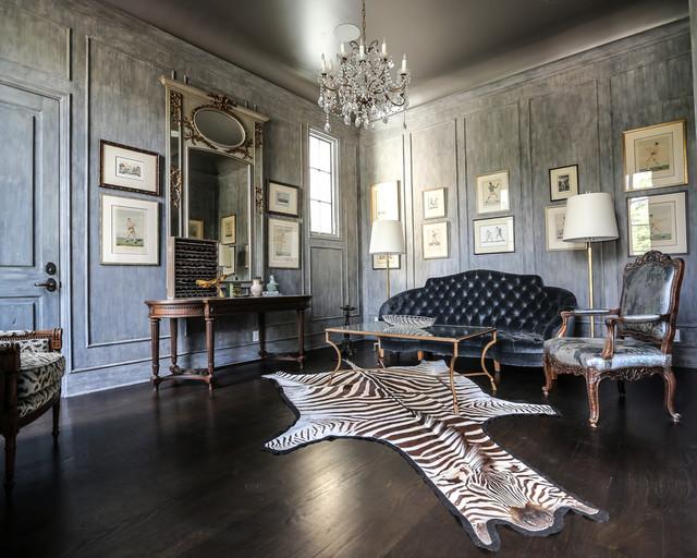 Esempio di un soggiorno chic chiuso e di medie dimensioni con sala formale, pareti grigie, parquet scuro, nessun camino e nessuna TV