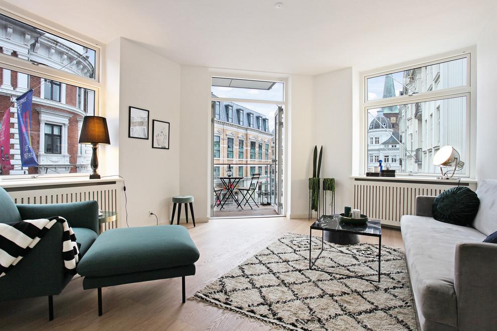 Mittelgroßes, Fernseherloses, Abgetrenntes Nordisches Wohnzimmer mit weißer Wandfarbe, hellem Holzboden und beigem Boden in Aarhus