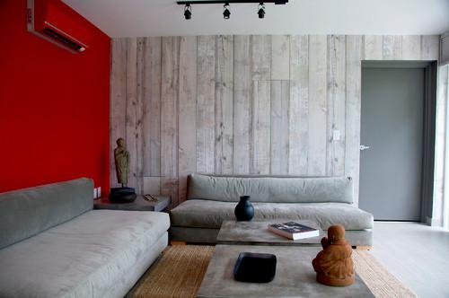 木目調と赤の壁紙アクセントクロス施工事例
