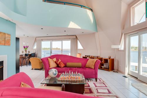 grand salon blanc et bleu avec canapé rose vif