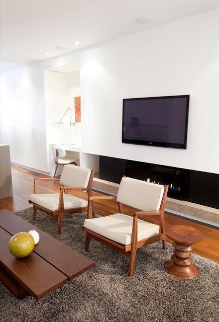 Imagen de salón moderno con chimenea lineal y televisor colgado en la pared