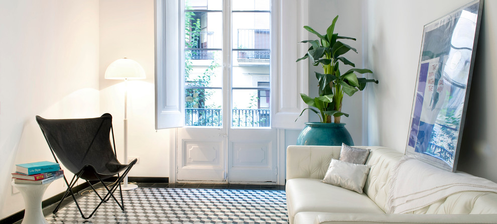 This is an example of a small classic living room in Madrid with white walls.