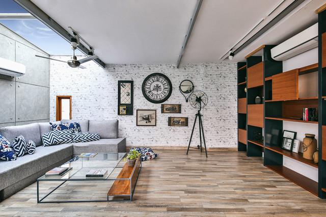 Exemple d'un petit salon tendance avec un sol marron.