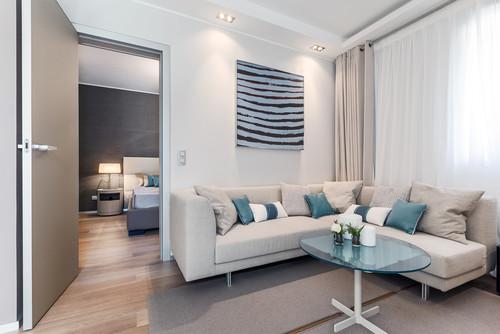 Canapé d'angle beige avec rideaux et voilages