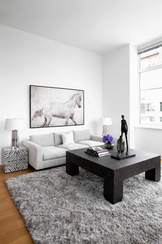 ニューヨークの中サイズのコンテンポラリースタイルのリビング・居間の画像 (白い壁、無垢フローリング)