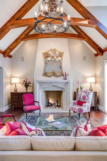 Foto di un grande soggiorno chic chiuso con sala formale, pareti beige, pavimento in legno massello medio, camino classico, cornice del camino in intonaco e nessuna TV
