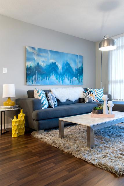Foto på ett funkis allrum med öppen planlösning, med grå väggar och mörkt trägolv
