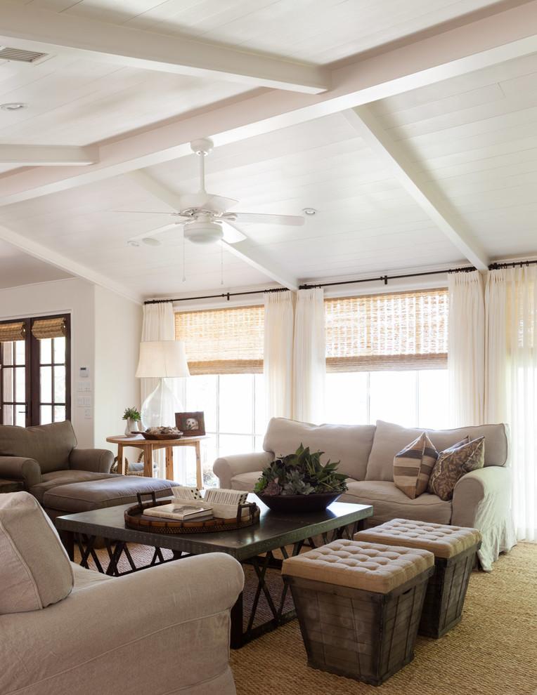 Immagine di un soggiorno chic con pareti bianche
