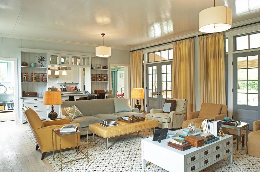 Imagen de salón tradicional renovado con paredes azules y cortinas