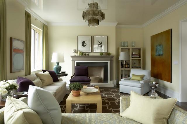Esempio di un soggiorno chic chiuso con sala formale, pareti gialle, camino classico e nessuna TV