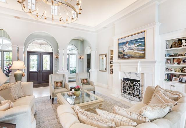 Diseño de salón para visitas clásico con paredes blancas, chimenea tradicional y marco de chimenea de piedra