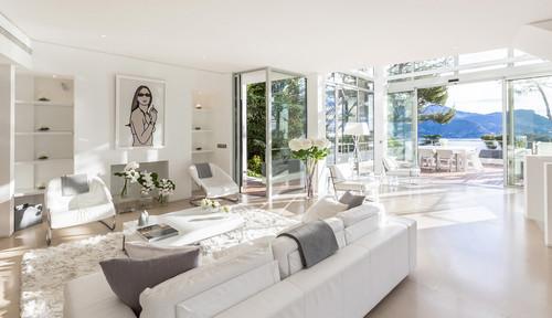 真っ白なお部屋に真っ白なお花をシンプルなガラスの花瓶に入れることで、とっても統一感のある清潔感あふれるイメージに。