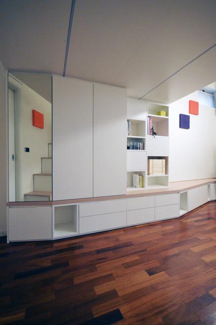 Idee per un piccolo soggiorno minimal aperto con libreria, pareti bianche, pavimento in legno verniciato e pavimento marrone