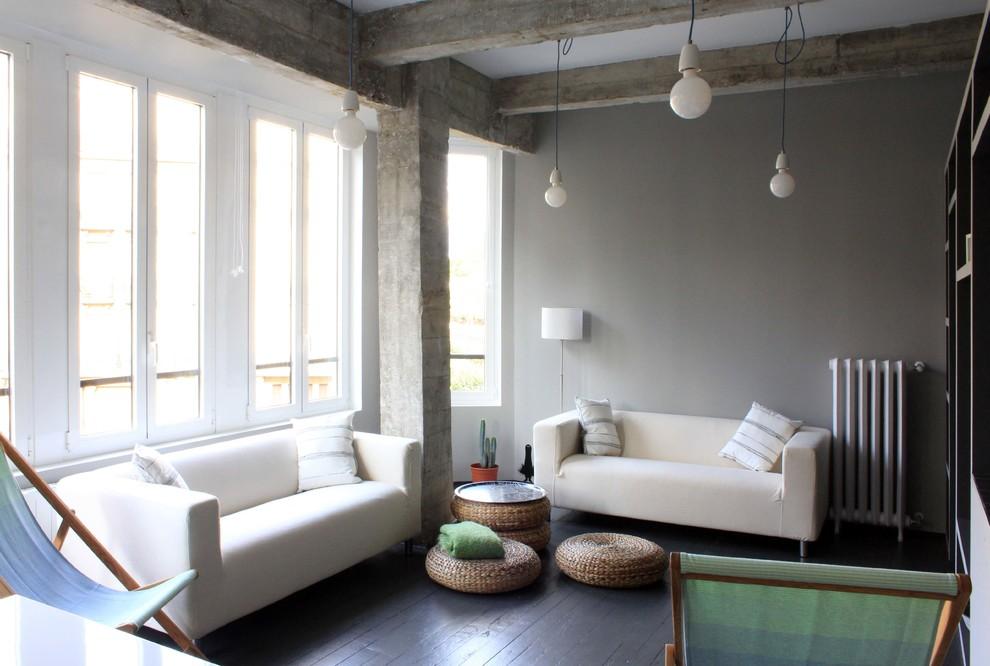 Modelo de salón para visitas cerrado, industrial, de tamaño medio, sin chimenea y televisor, con paredes grises y suelo de madera oscura