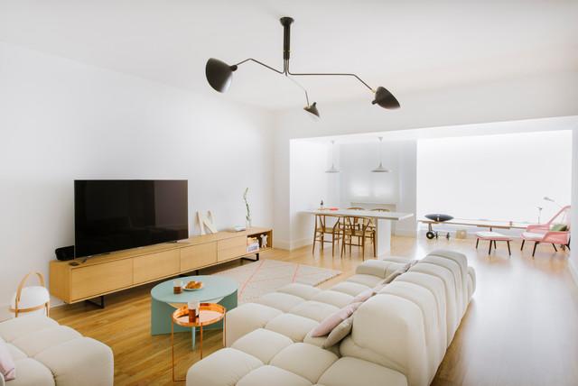 Foto de salón para visitas abierto, contemporáneo, grande, sin chimenea, con paredes blancas, suelo de madera en tonos medios y televisor independiente