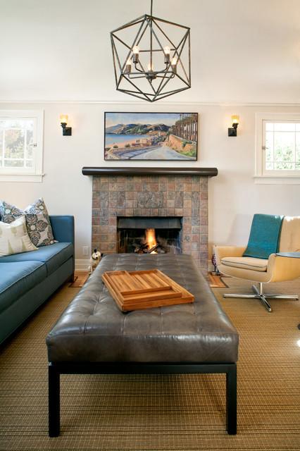 Exempel på ett amerikanskt allrum med öppen planlösning, med vita väggar, ljust trägolv, en standard öppen spis, en spiselkrans i trä och en inbyggd mediavägg