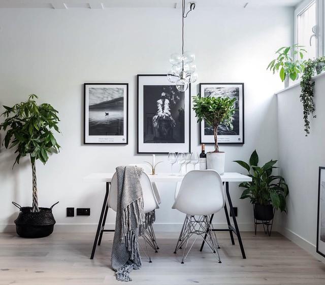 Idées déco pour une salle à manger scandinave fermée et de taille moyenne avec un mur blanc et un sol en bois clair.