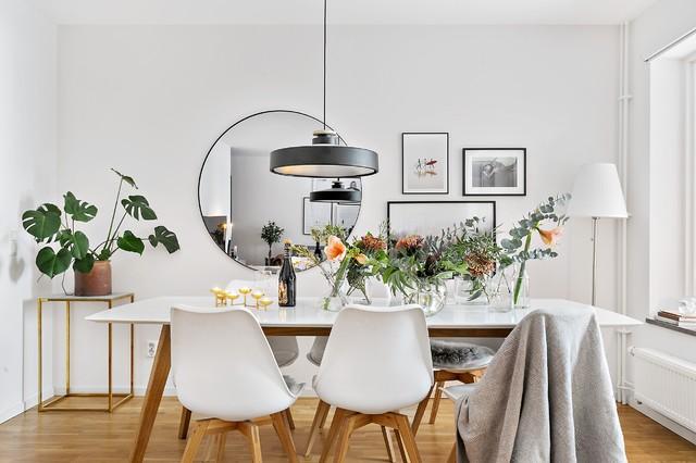 Idéer för funkis matplatser, med vita väggar och mellanmörkt trägolv