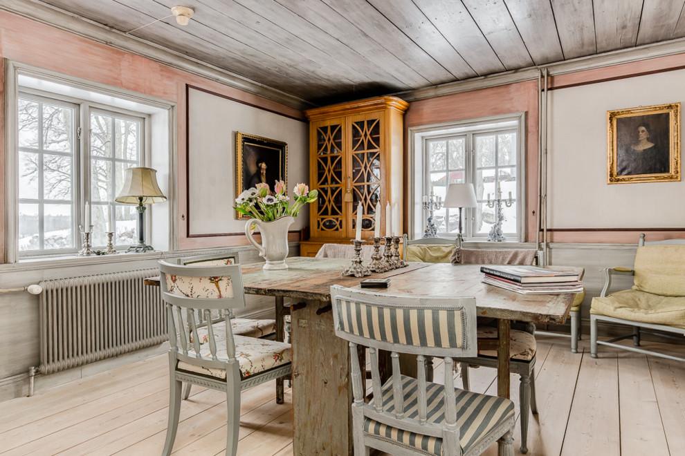 Idéer för shabby chic-inspirerade matplatser, med vita väggar, ljust trägolv och beiget golv