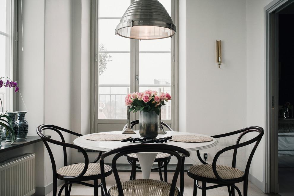 Geschlossenes Skandinavisches Esszimmer ohne Kamin mit weißer Wandfarbe in Stockholm