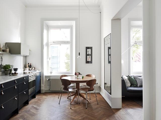 Ispirazione per una sala da pranzo aperta verso la cucina nordica di medie dimensioni con pareti bianche, parquet scuro e nessun camino