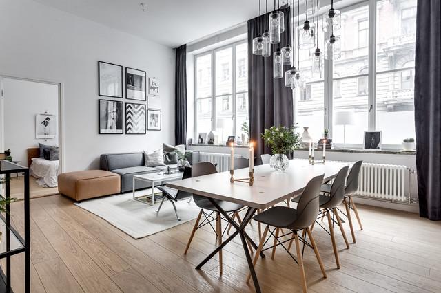 Diseño de comedor escandinavo, grande, abierto, sin chimenea, con paredes blancas y suelo de madera clara