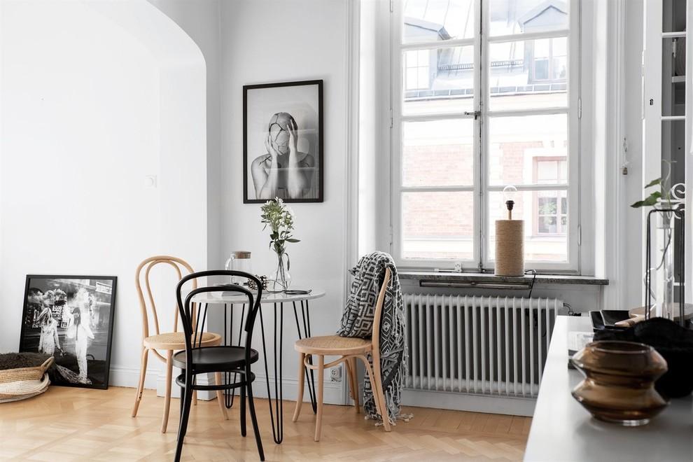 Idéer för att renovera en funkis matplats med öppen planlösning, med vita väggar, ljust trägolv och beiget golv