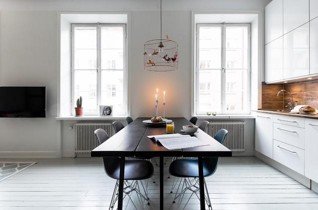 Inredning av ett nordiskt mellanstort kök med matplats, med vita väggar och målat trägolv