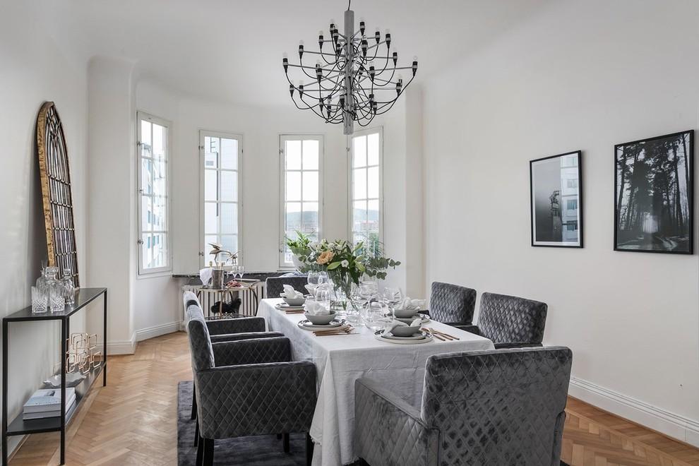 Exempel på en minimalistisk matplats, med vita väggar, mellanmörkt trägolv och beiget golv