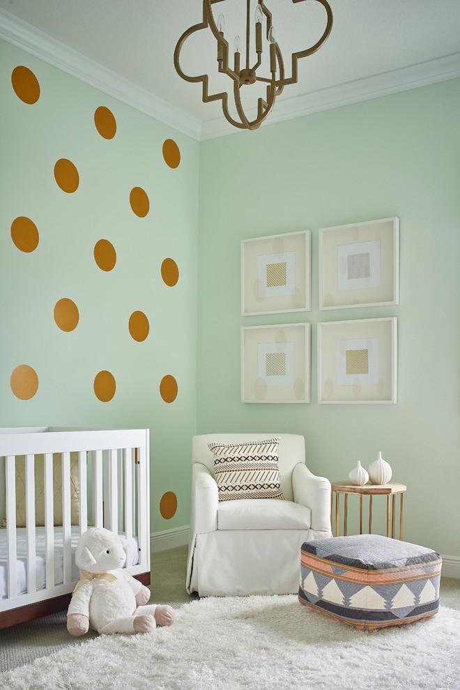 Ejemplo de habitación de bebé neutra tradicional renovada con paredes verdes y moqueta