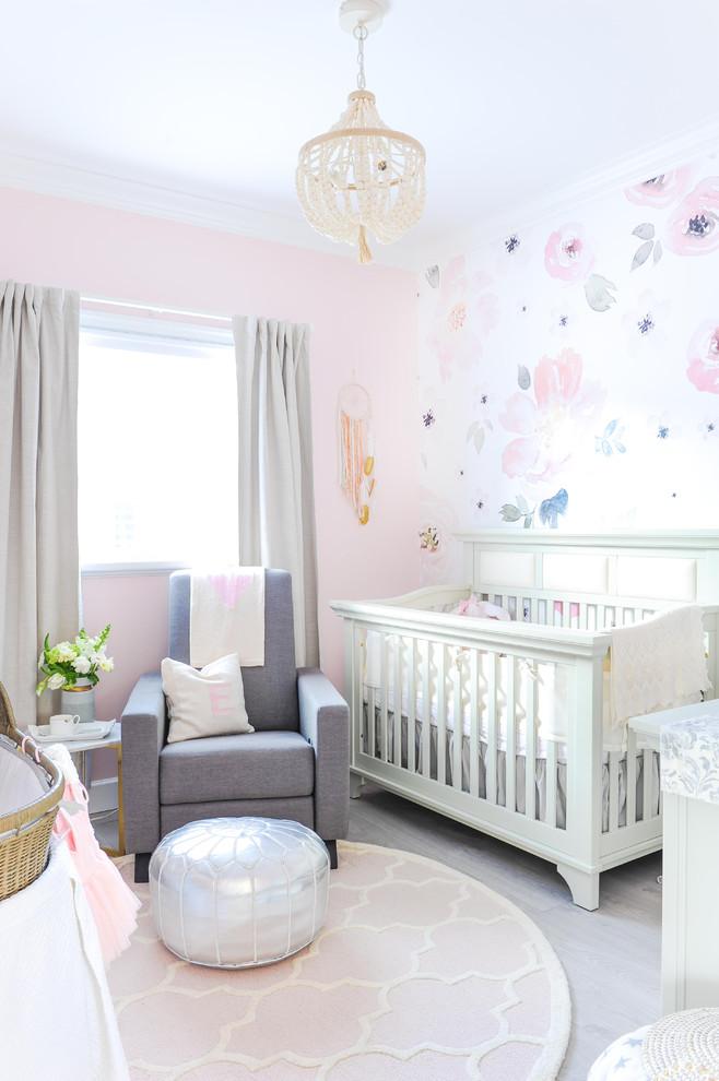 Idées déco pour une chambre de bébé fille classique avec un mur rose, sol en stratifié et un sol gris.