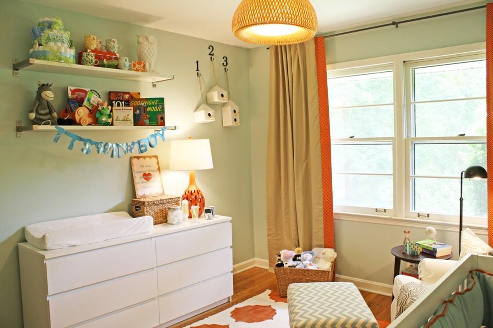 Foto de habitación de bebé neutra moderna con suelo de madera en tonos medios y paredes verdes