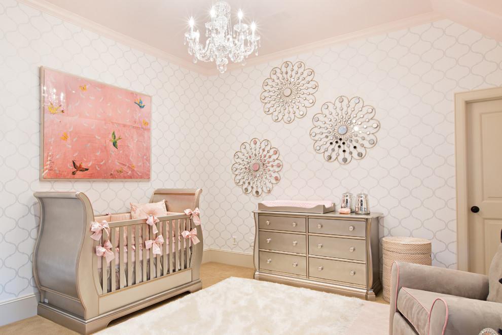 Modelo de habitación de bebé niña clásica renovada, de tamaño medio, con paredes blancas y moqueta