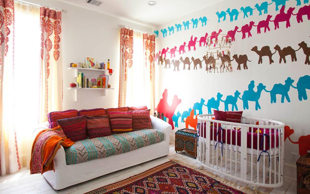 Modelo de habitación de bebé neutra mediterránea con paredes multicolor y suelo de madera pintada