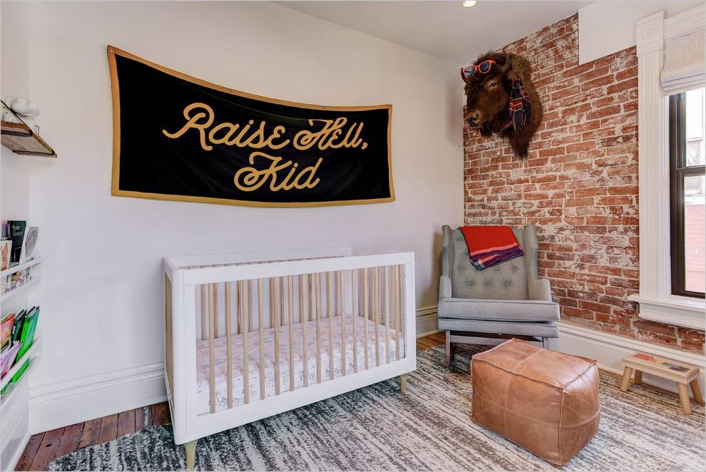Ejemplo de habitación de bebé neutra clásica renovada con paredes blancas y suelo de madera oscura