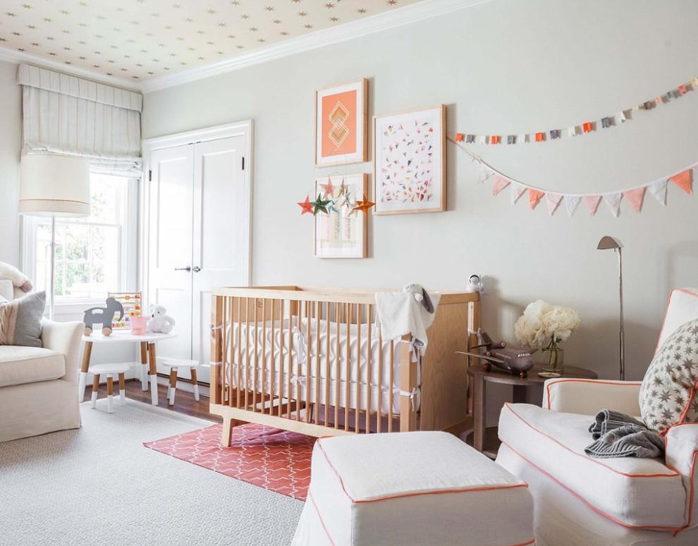 Diseño de habitación de bebé neutra escandinava con paredes grises y suelo gris