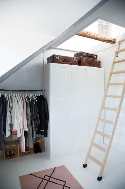 Nordisk inredning av ett mellanstort omklädningsrum, med skåp i shakerstil, vita skåp och målat trägolv