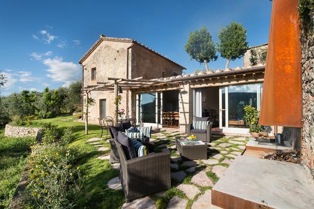 Casa emilio farmhouse in montestigliano in campagna for Case con portici