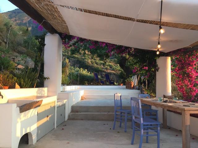 Foto di un patio o portico stile marino con una pergola