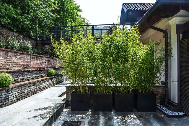 restauro minimal di un giardino in collina di torino in