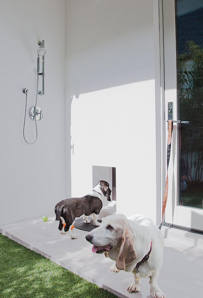 Outdoor patio shower - contemporary outdoor patio shower idea in Orlando
